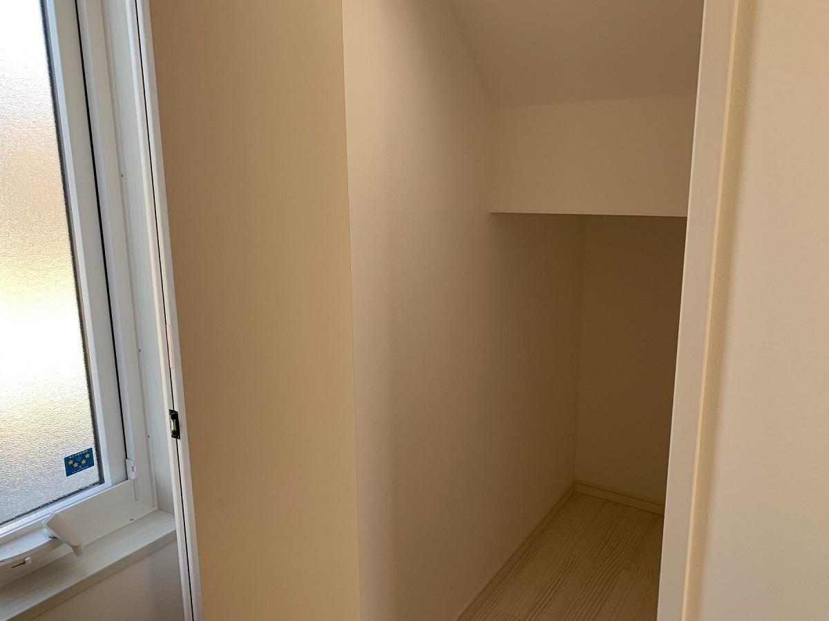 こちらは階段下の収納。 奥までしっかり収納を作りました。