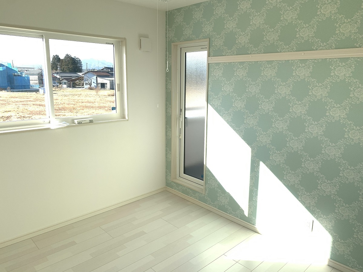 お母様のお部屋、柄も色合いも上品な壁紙を選びアクセントに。