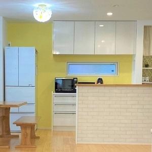 北欧風インテリアと相性の良い黄色壁のキッチンで心が弾みます♡
